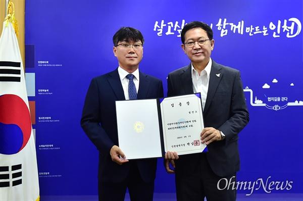 민선 7기 인천시 대변인에 정진오 전 <경인일보> 편집국장이 임명됐다. 박남춘 인천시장은 8월 3일 정진오 대변인에게 임용장을 수여했다.
