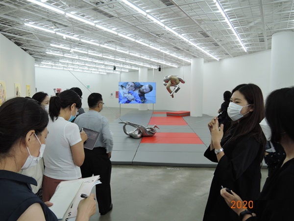 카미유 앙로 '화요일' 등 설치전경 2층. '조희현' 큐레이터(오른쪽)가 작품설명 중이다.