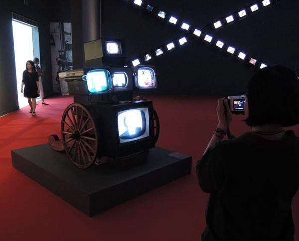 백남준 I 'W3'(벽면) 64개 모니터 1994. 1994년부터 상용화된 '월드와이드웹(WWW)'을 재해석한 작품과 '자화상 달마 휠' 소형마차, TV 모니터 등 158×126×149cm 1998. 역참마차를 연상시킨다.