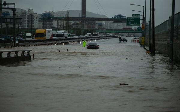 3일 오전부터 충남 천안·아산 등에 집중 호우가 내리고 있다. 집중호우로 인해 시내 하천이 범람하고 도로가 침수되는 사고가 잇따르는 중이다.