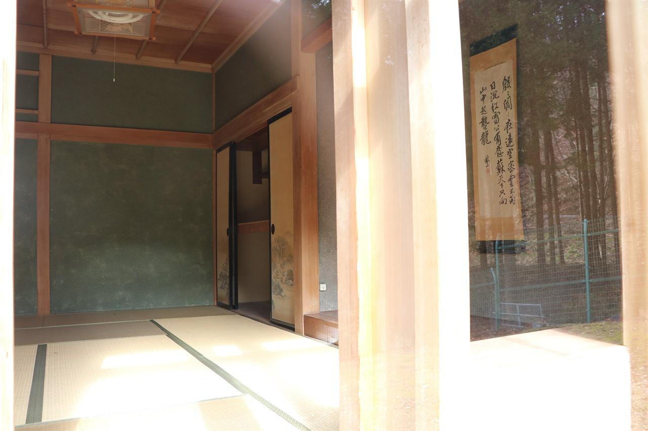 일왕 일가의 방공호 고자쇼의 내부 .