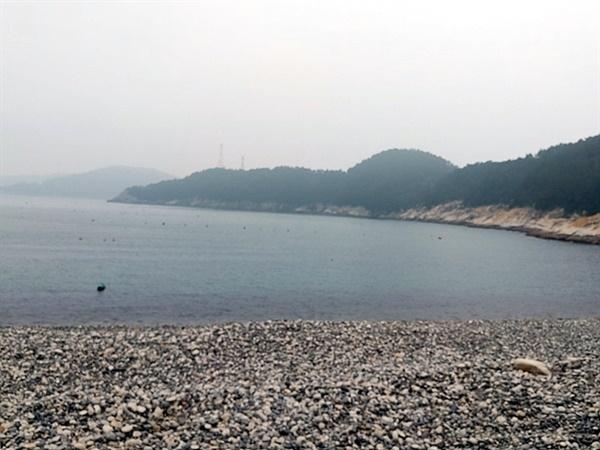70년전인 1950년 8월 3일 오전 9시경  미군기의 민간인 피난선 폭격으로 350여명 중 150여명이 사망했던 이야포 모습. 뒤쪽에 희미하게 보이는 섬이 연도이다.