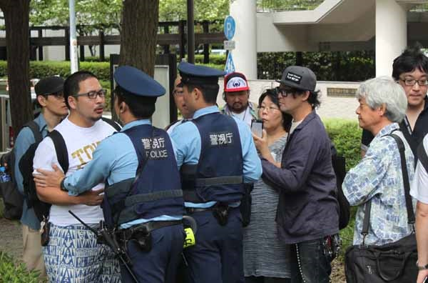 지난 2017년 9월 1일 일본 도쿄 스미다구 도립 요코아미초 공원에서 간토 대지진 당시 학살된 조선인들을 추도하기 위한 행사에 반대하며 항의하는 일본 우익세력들을 경찰이 저지하고 있다.