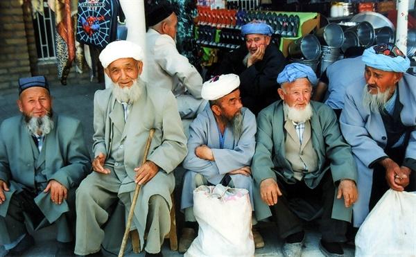 중앙 아시아 우즈베키스탄의 노인들. 이 나라에는 특정 인종으로 분류하기 쉽지 않은 사람들도 있고, 그렇지 않은 사람들도 적지 않다. 인종을 뛰어 넘는 혼인과 그렇지 않은 혼인, 이렇게 두 가지 흐름이 수천년 동안 병존해 왔다.