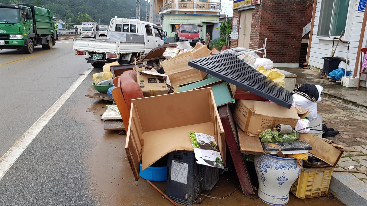 예산천 주변 침수가구에서 나온 가재 도구들.