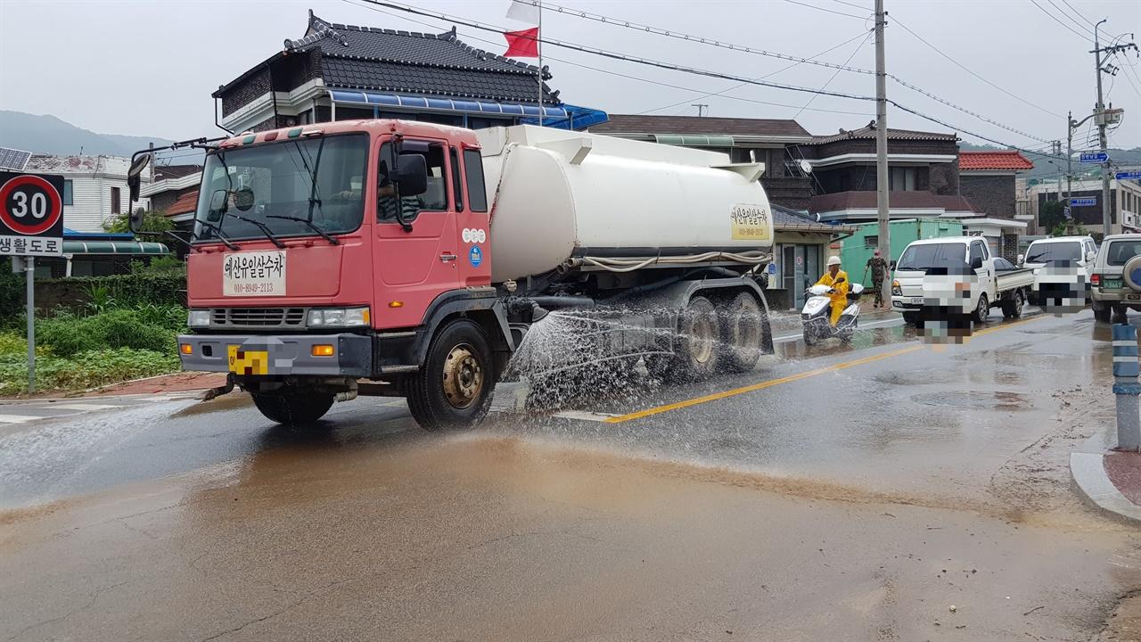 침수되었던 도로를 청소중인 살수차