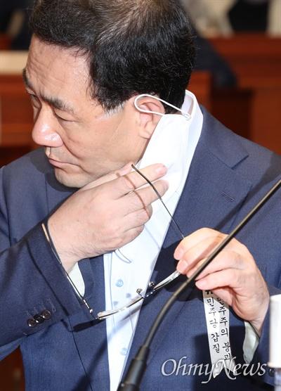 마스크 벗는 주호영 미래통합당 주호영 원내대표가 4일 오전 서울 여의도 국회에서 열린 의원총회에서 마스크를 벗고 있다.