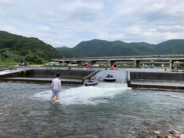 경주 동창천 상류에서 물놀이를 하며 즐거워하는 모습