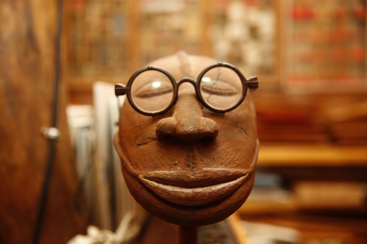 안태중 씨의 작품 '보기 위해 눈을 감는다'. 고래와 사람의 형상을 한데 버무린 작품이다.