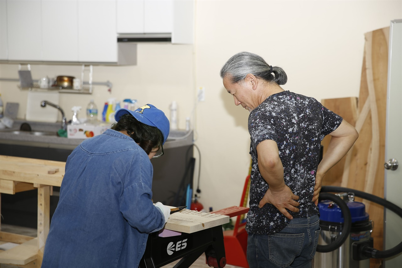 섬진강변 공예체험장의 서각 강습. 안태중 씨의 재능 기부로 이뤄지고 있는 수업이다.
