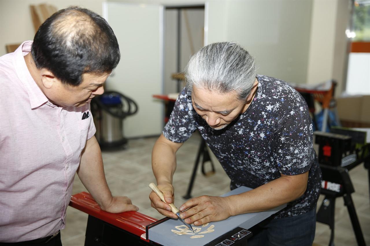 섬진강변 공예체험장에서 열리고 있는 서각 강습회에서 안태중 씨가 시범을 보이고 있다. 지난 7월 26일이다.