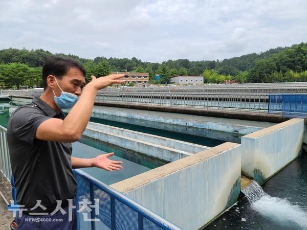 한국수자원공사 경남서부권지사의 오동진 시설관리차장이 사천광역정수장에서 수돗물의 정수 과정을 설명하고 있다.