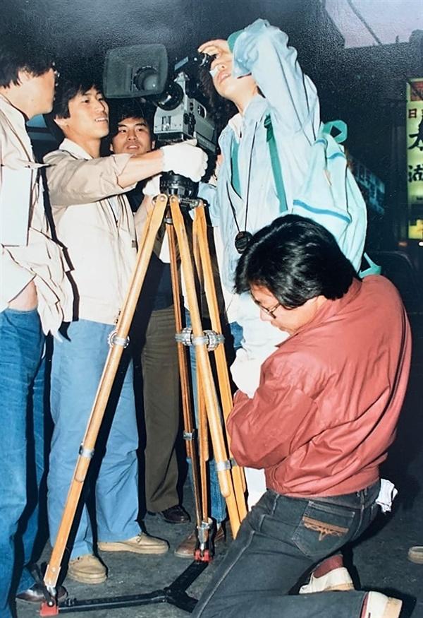 한국영화아카데미에 재학 시절 동기 이수정(감독)의 뷰파인더 확인을 도와주고 있는 오석근(영진위원장)
