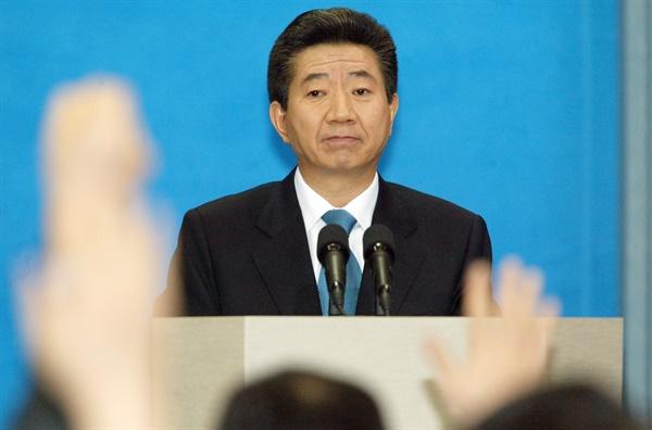2004년 3월 11일, 노무현 당시 대통령이 기자회견을 열고 대선자금과 측근비리, 탄핵안에 대한 입장을 밝혔다. 당시 기자들의 질문을 받고 있는 모습.