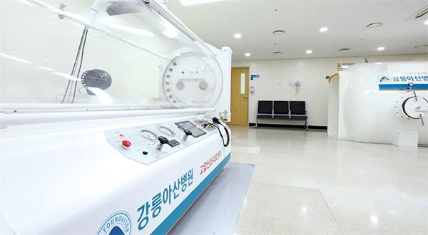 강릉아산병원이 지난 7월말부터 도입해 운용중인 1인용 고압산소치료기 (좌측)