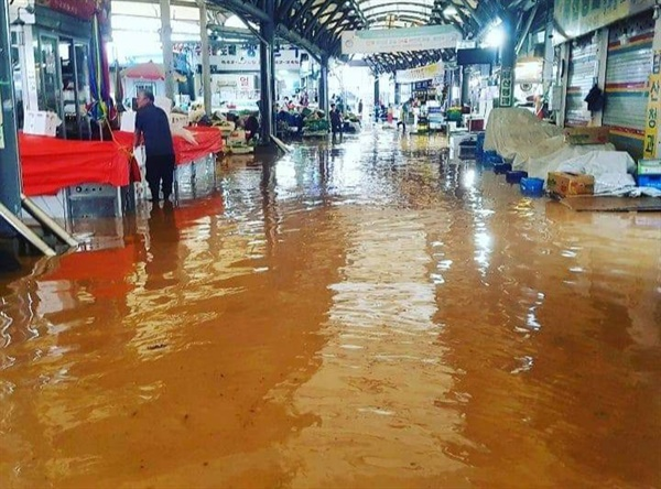 지난 3일 홍성에 내린 폭우로 광천전통시장이 물에 잠겼다.