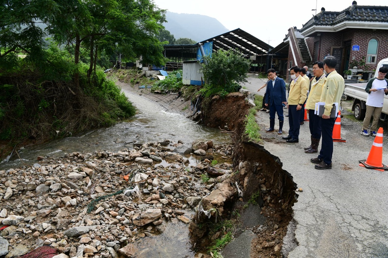 지난 3일 내린 폭우로 금마면의 도로가 유실됐다.