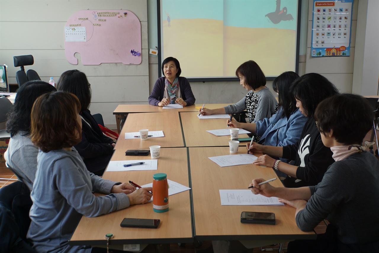 중학생, 기적을 부르는 나이로 강의 학부모님들과 함께 중학생의 성장에 대한 이해와 소통법에 대해 이야기나누고 있다.