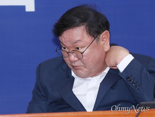 김태년 더불어민주당 원내대표가 5일 오전 서울 여의도 국회에서 열린 최고위원회의에 참석하고 있다.