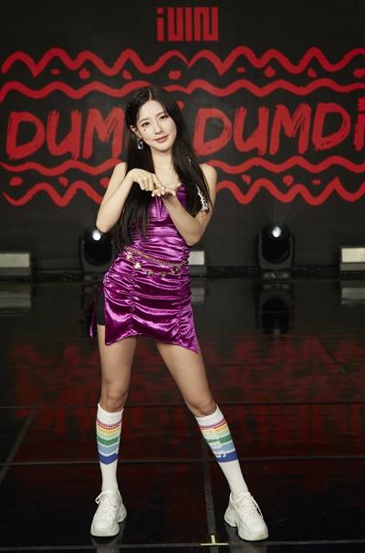 '(여자)아이들' 미연, 솔직한 미모 (여자)아이들(미연, 민니, 수진, 소연, 우기, 슈화)이 3일 오후 열린 첫 번째 싱글 <덤디덤디 (DUMDi DUMDi)> 발매 기념 온라인 미디어 쇼케이스에서 포토타임을 갖고 있다. <덤디덤디 (DUMDi DUMDi)>는 여름과 젊음에서 연상되는 '뜨거움', '시원함', '열정', '설렘' 등을 솔직하고 직관적으로 표현한 댄스곡이다.