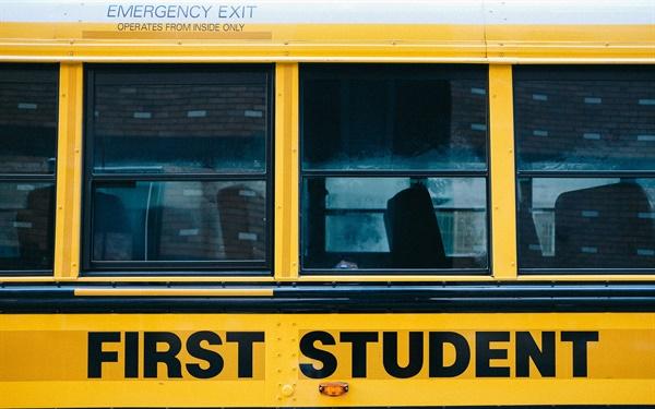 캐나다 스쿨버스를 '달리는 빨간 신호등'이라는 일컫는 데는 한치의 과장도 없다. 스쿨버스가 아이들의 승하차를 위해 정차할 때는 3가지 안전장치가 동시에 작동한다.
