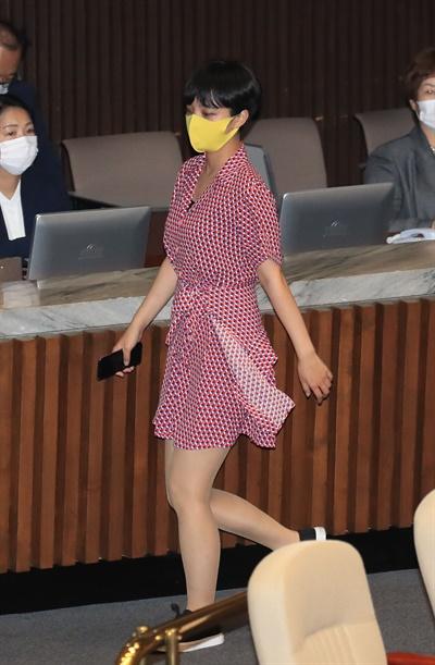 정의당 류호정 의원이 지난 4일 오후 서울 여의도 국회에서 열린 본회의에서 잠시 퇴장하고 있다.