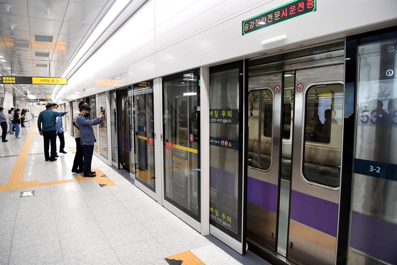 하남시는 시 승격 이래 최초 오는 8일 오전 5시 38분 하남풍산역에서 첫 지하철이 출발한다고 5일 밝혔다.