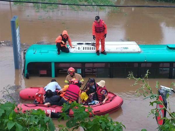 6일 오전 경기 파주시의 한 도로에서 시내버스가 물에 잠겨 구조 대원들이 승객들을 구조하고 있다. (파주소방서 제공)