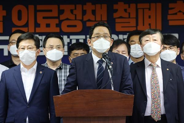 대한의협, 대정부 요구사항 발표 긴급 기자회견 최대집 대한의사협회장과 임원진이 1일 오후 서울 용산구 대한의사협회에서 '4대악 의료정책' 철폐 촉구 및 대정부 요구사항 발표를 위한 긴급 기자회견을 하고 있다. 의협은 오는 12일까지 정부가 5대 요구에 대한 개선조치가 없을 경우 14일 제1차 전국의사총파업을 단행할 것이라고 밝혔다.