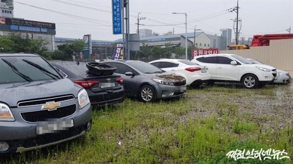 6일 오전 제천시 강제동의 한 자동차공업사에 침수피해를 입은 차량들이 줄지어 서 있다.