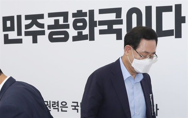 미래통합당 주호영 원내대표가 6일 오전 서울 여의도 국회 원내대표 회의실에서 열린 기자간담회가 끝난 뒤 자리를 떠나고 있다.