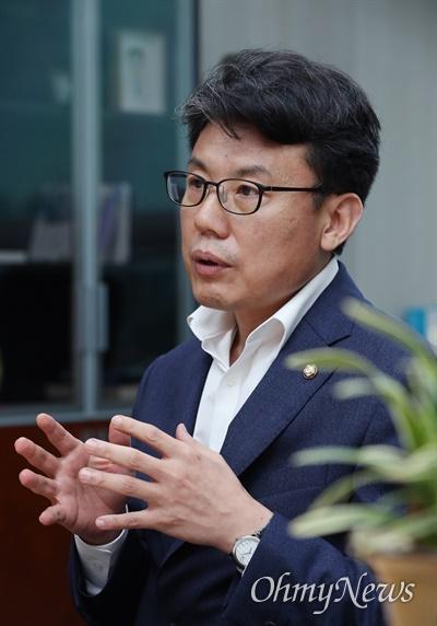 진성준 더불어민주당 의원(서울 강서구을)이 5일 서울 여의도 국회 의원회관에서 <오마이뉴스>와 인터뷰하고 있다.