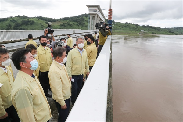 문재인 대통령이 6일 오후 경기도 연천군 군남 홍수조절댐을 방문해 현장 시설을 둘러보고 있다.