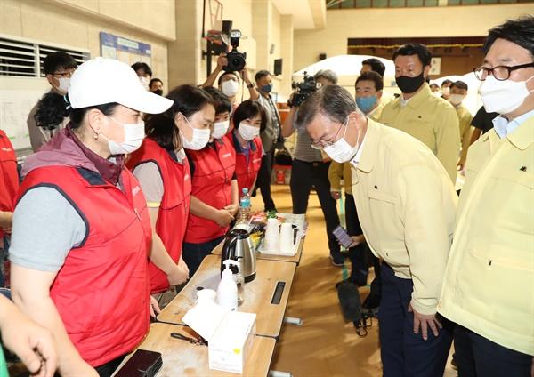 문재인 대통령이 6일 오후 경기도 파주시 마지초등학교에 마련된 이재민 임시주거시설을 방문해 입장 전 발열 검사를 하고 있다