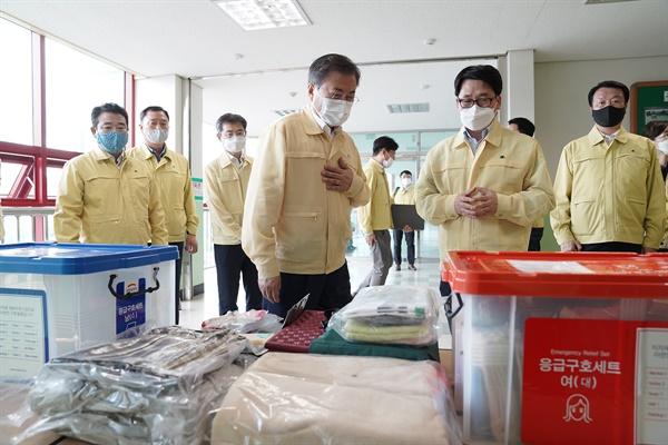 문재인 대통령이 6일 오후 경기도 파주시 마지초등학교에 마련된 이재민 임시주거시설을 방문해 구호 물품을 살펴보고 있다
