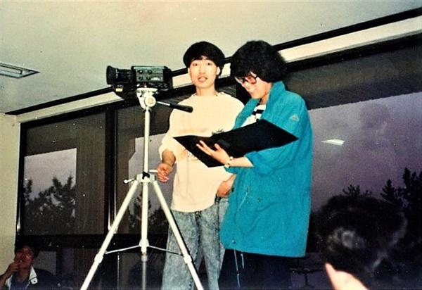 부산대학교 졸업 후 미술운동을 하다 꽃다림을 시작한 황의완(부산콘텐츠마켓 집행위원장)과 회원이었던 심정숙 <진달래 넔으로 살아>를 제작하고 있는 모습