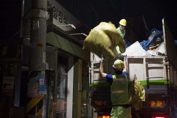 무거운 재활용품은 청소노동자를 위해 나눠 담을 필요가 있다.