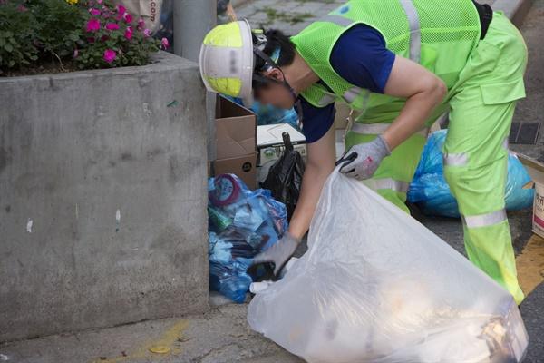 재활용품 수거하는 청소노동자 분리수거를 제대로 하지 않으면 수거에 더 많은 시간이 걸린다.