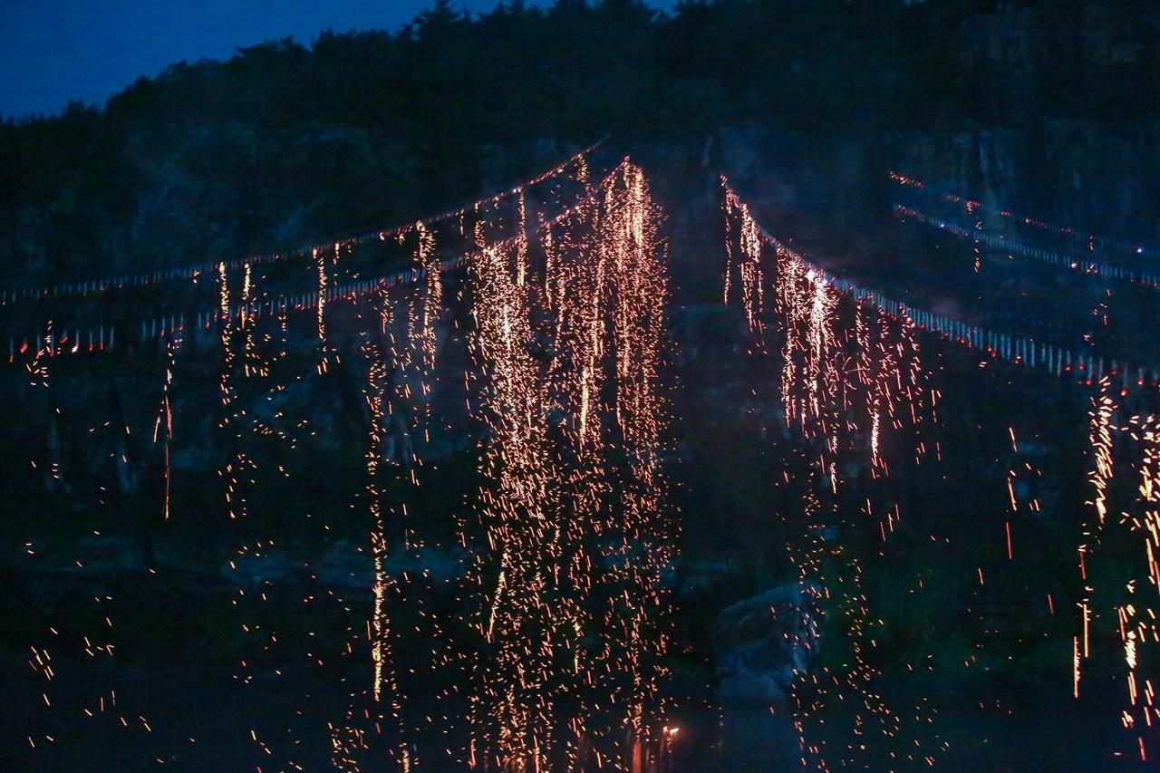 지난 7월 31일 안동에서 개막한 [세계유산축전-경북]의 '하회 선유 줄불놀이' 모습