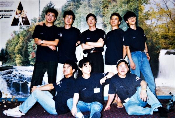 1994년 설립된 하늬영상 회원들과 대표를 맡은 조성봉 감독(뒷줄 가운데)