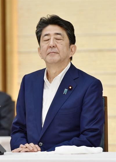 아베 신조 일본 총리가 지난 3일 오후 관저에서 열린 당정회의에서 야마구치 나쓰오 공명당 대표가 발언하는 동안 눈을 감고 있다.