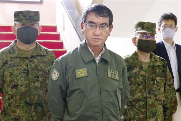 고노 다로 일본 방위상이 지난7월 23일 오후 일본 가나가와현 요코스카시에 있는 육상자위대 통신학교를 시찰한 후 취재에 응하고 있다.