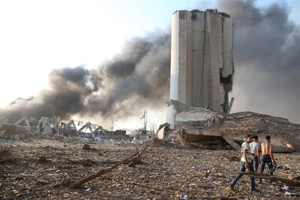 현지시각 4일 레바논 베이루트 폭발 현장에서 검은 연기가 뿜어져 나오고 있다.