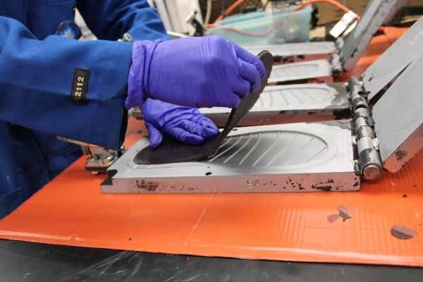 연구자가 신발 본에서 샌들의 발바닥 부분을 떼어내고 있다. 해조류 오일을 원료로 만든 폴리우레탄 소재 신발은 당장 상용화가 가능한 수준이다.