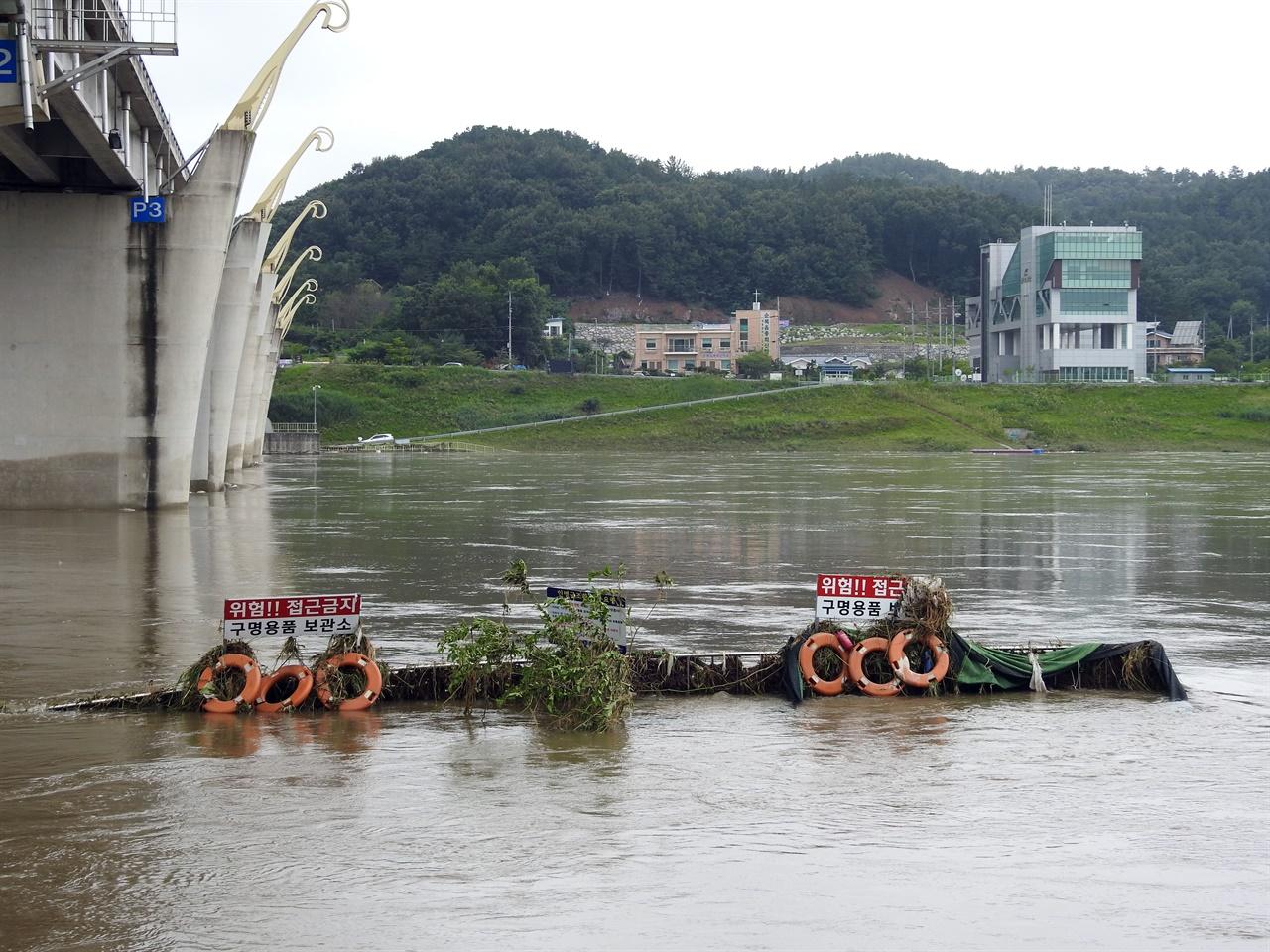 최근 내린 장맛비로 강물이 불어났다 빠지면서 공주보 시설물에도 쓰레기가 잔뜩 걸려 있다.