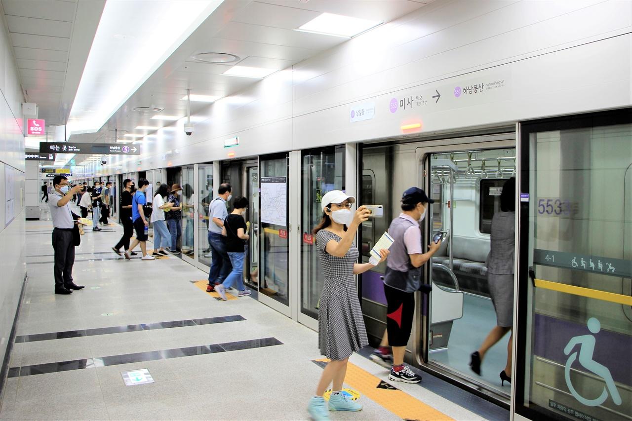7일 하남선 1단계 개통식 시승행사가 열린 미사역에서 열차에 탑승하는 시민들이 '인증샷'을 찍고 있다.