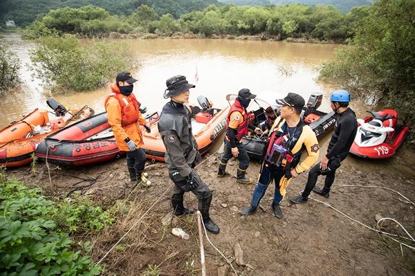 7일 오전 소방대원들이 집중호우로 실종된 충남 아산 송악면 주민 2명 수색작업에 나서고 있다.