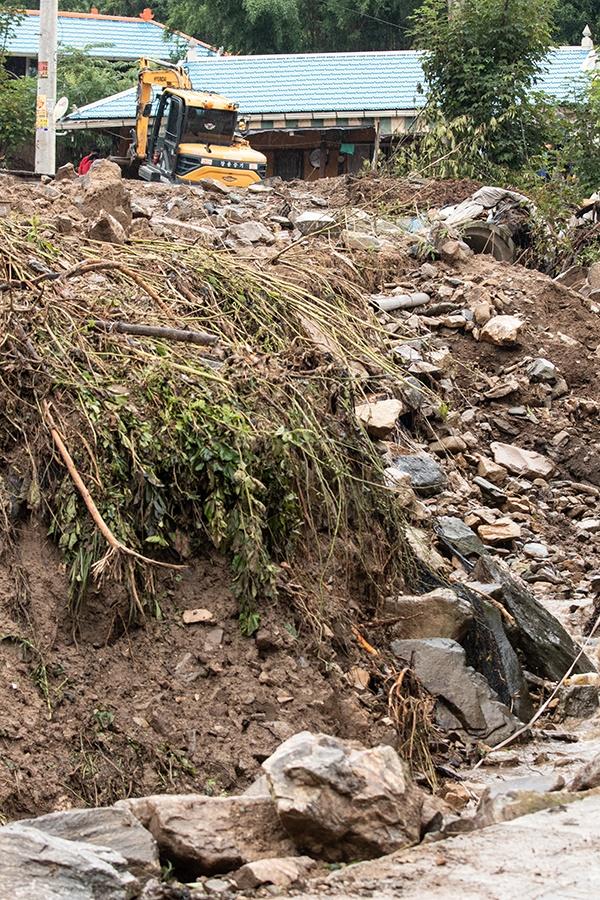 지난 집중호우로 큰 피해를 입은 충남 아산시 송악면에 또 다시 비가 내리고 있다. 복구작업에 나선 주민들은 비를 보며 망연자실해 하고 있다.