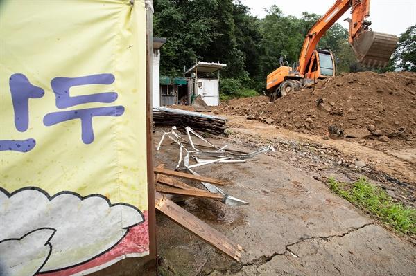 4일 집중호우로 피해를 입은 충남 아산시에 또 다시 호우 예비특보가 내려졌다. 수해 복구 작업에 나선 주민들은 망연자실해 하고 있다.