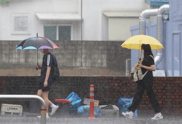 폭우에 힘겨운 등굣길  광주·전남에 국지성 호우가 쏟아진 6일 오전 광주 북구에서 학생들이 세차게 내리는 비를 맞으며 등교하고 있다.